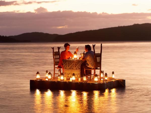 http://www.pandrevomai.com/wp-content/uploads/2015/11/pontoon_dinner2.jpg